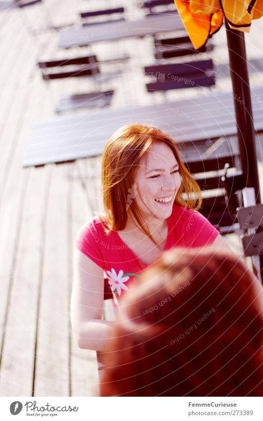 Hast du schon gehört?! schön feminin Junge Frau Jugendliche Erwachsene Freundschaft 2 Mensch 18-30 Jahre Freude tratschen sprechen Gerücht Strandcafé Biergarten