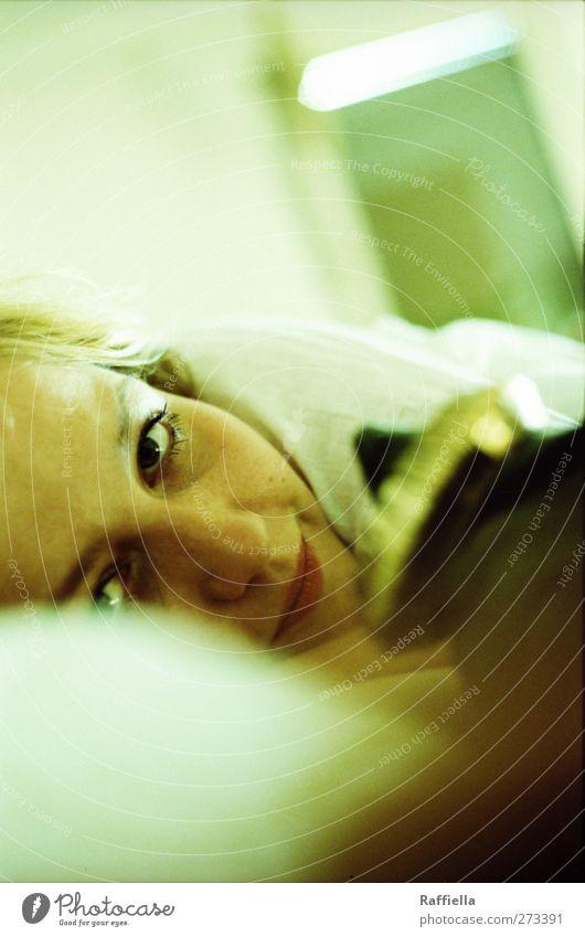 immer wieder sonntags ll Häusliches Leben Wohnung Bett feminin Junge Frau Jugendliche Gesicht Auge Nase Mund 1 Mensch 18-30 Jahre Erwachsene Armreif