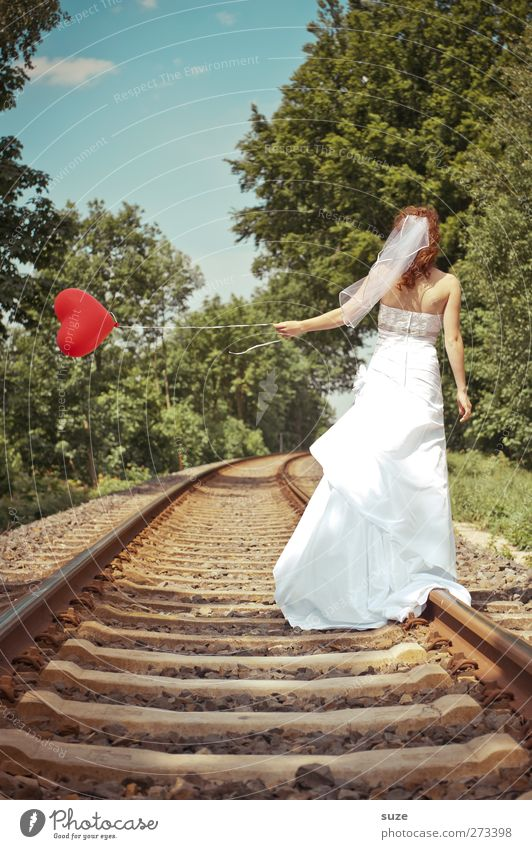 Mit Herz ... Sommer Hochzeit Mensch feminin Junge Frau Jugendliche Erwachsene 1 18-30 Jahre Umwelt Natur Landschaft Himmel Schönes Wetter Wind Baum Gleise