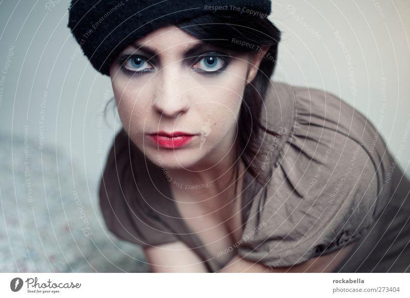 Frau mit Mütze feminin Junge Frau Jugendliche 1 Mensch 18-30 Jahre Erwachsene Mode schwarzhaarig brünett Scheitel ästhetisch Erotik schön dünn Farbfoto
