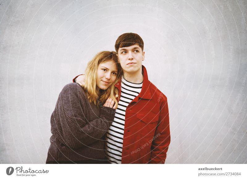junges Paar steht vor Betonwand mit Textfreiraum Lifestyle Mensch maskulin feminin Junge Frau Jugendliche Junger Mann Erwachsene Freundschaft Partner 2