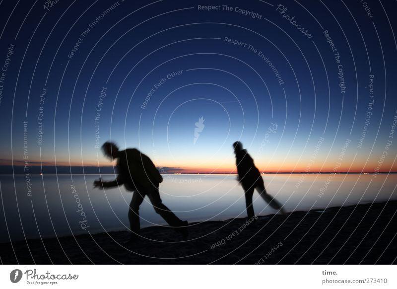 Run Run Run Frau Erwachsene Mann 2 Mensch Umwelt Wasser Himmel Horizont Schönes Wetter Küste Strand Ostsee rennen Bewegung laufen dunkel sportlich Vorfreude