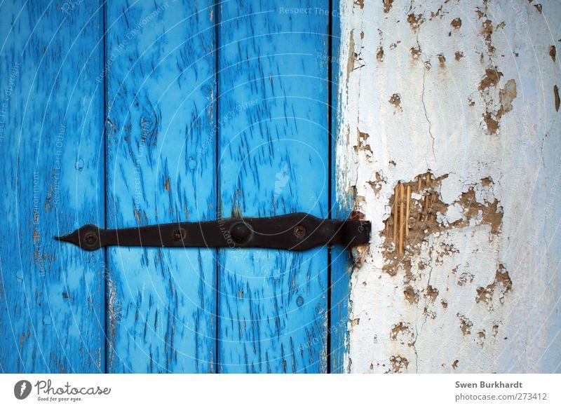 Halt mich fest. blau Haus schwarz Wand Holz Architektur Mauer Sand Gebäude Metall Tür Fassade außergewöhnlich Dekoration & Verzierung Spitze