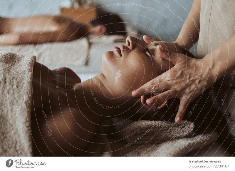 Frau bei einer Gesichtsmassage Reichtum schön Körper Haut Gesundheitswesen Behandlung Wellness Erholung Spa Massage Erwachsene Hand natürlich weiß