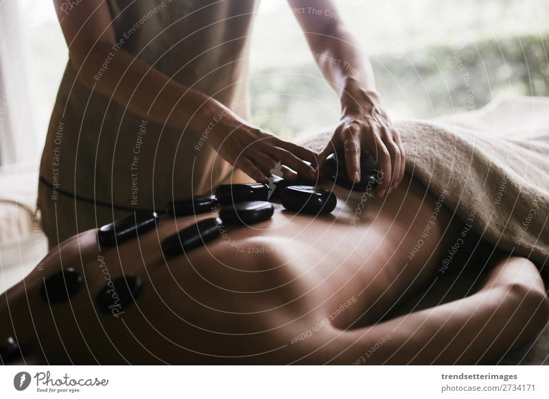 Rückenmassage mit Öl und heißen Steinen Lifestyle schön Körper Haut Behandlung Wellness Erholung Spa Massage Frau Erwachsene Mann Hand Therapie Pflege Salon