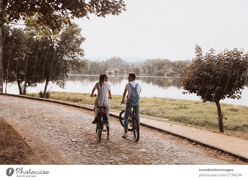 Romantisches Paar auf Fahrrädern Lifestyle Freude Glück schön Freizeit & Hobby Frau Erwachsene Mann Familie & Verwandtschaft Natur Landschaft Herbst Straße