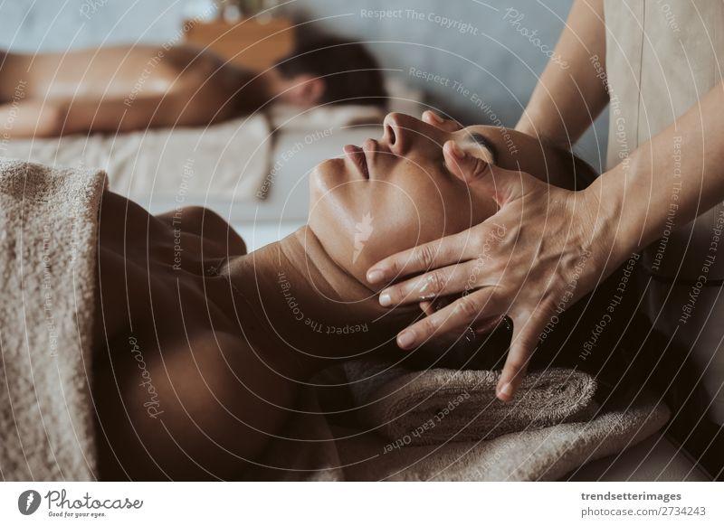 Frau genießt Massage im Spa Lifestyle Reichtum schön Körper Haut Behandlung Wellness Erholung Freizeit & Hobby Erwachsene Mann Paar Hand Stein heiß Stress jung