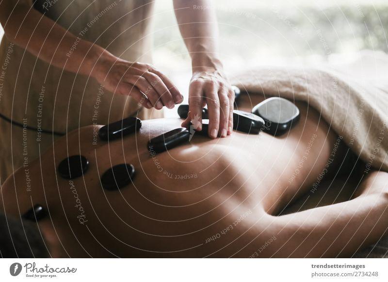 Mann genießt eine Rückenmassage Lifestyle Reichtum schön Körper Haut Behandlung Wellness Erholung Spa Massage Freizeit & Hobby Frau Erwachsene Paar Hand Stein