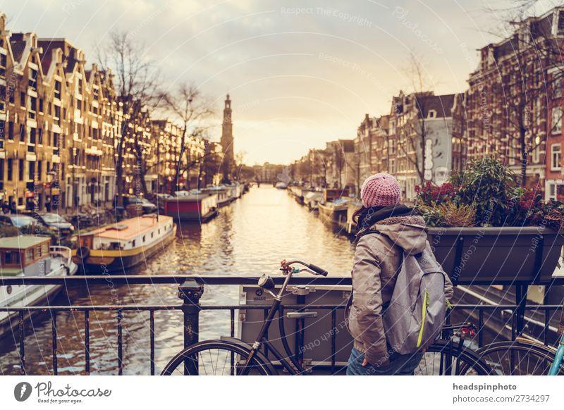 Frau guckt bei Sonnenuntergang auf einen der Kanäle im Amsterdam Ferien & Urlaub & Reisen Tourismus Ausflug Sightseeing Städtereise feminin Junge Frau