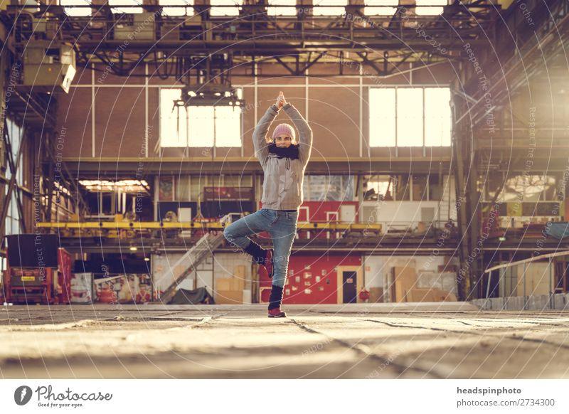 Yoga everywhere: Yoga bei Sonnenuntergang in einer Fabrikhalle Mensch Jugendliche Junge Frau ruhig Freude Gesundheit Lifestyle feminin Glück Freiheit