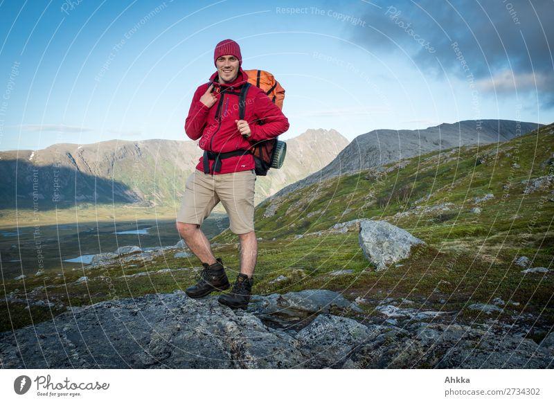 Junger stolzer Wanderer Jugendliche blau grün Junger Mann rot Freude Berge u. Gebirge Lifestyle natürlich Glück Zufriedenheit wild Horizont wandern frisch