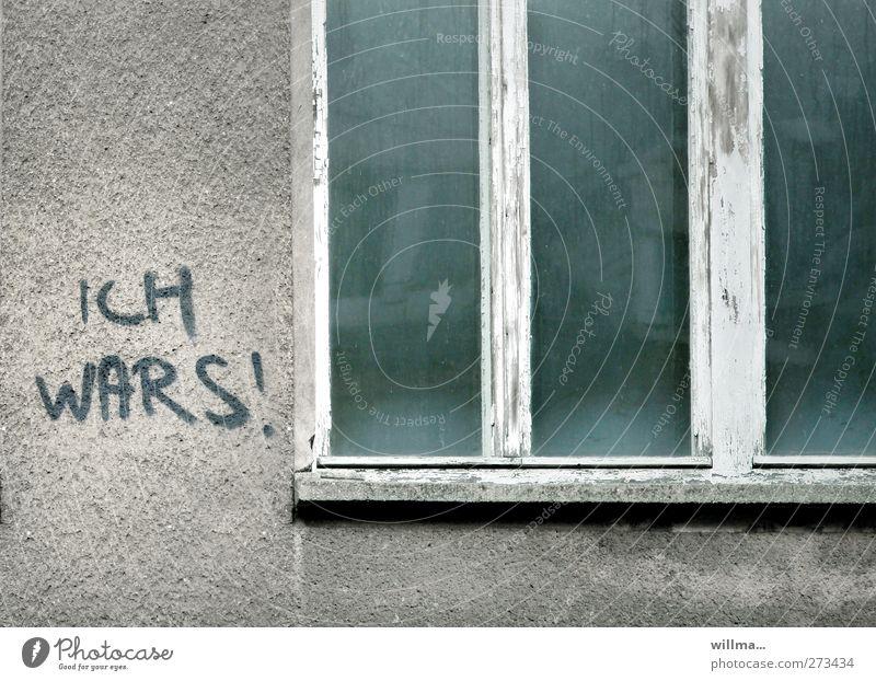 ich wars! Stadt Fenster Wand Graffiti Mauer grau Fassade Schriftzeichen Kommunizieren Vergänglichkeit Verfall Text Fensterrahmen Putzfassade sichtbar Geständnis