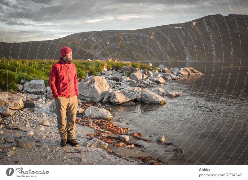 Junger Mann genießt mit Pfeife die Mitternachtssonne Ferien & Urlaub & Reisen Jugendliche Erholung ruhig Küste Zufriedenheit leuchten ästhetisch Idylle