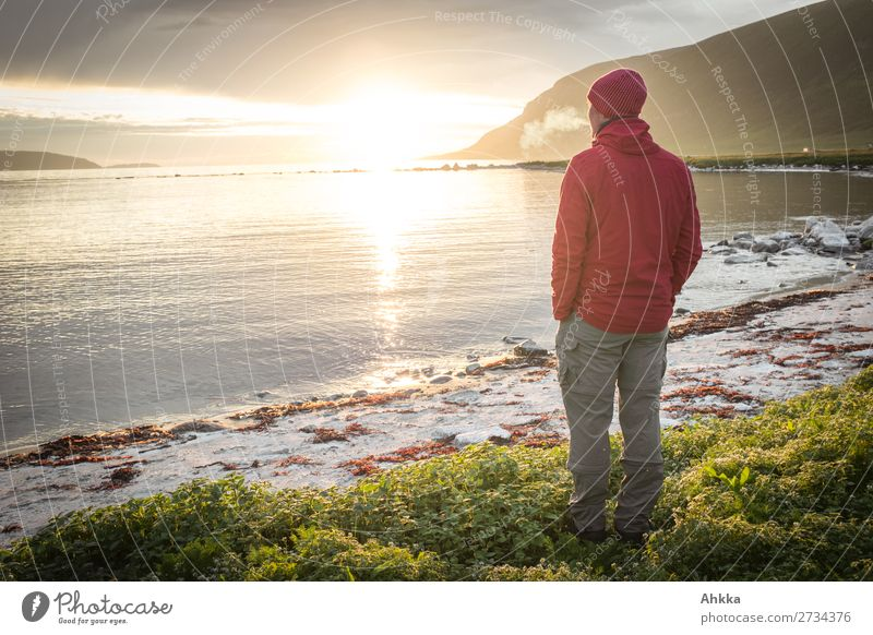 Feierabend - Mitternachtssonne Natur Jugendliche Junger Mann Sonne Erholung Einsamkeit ruhig Glück Zufriedenheit Horizont träumen Lebensfreude genießen