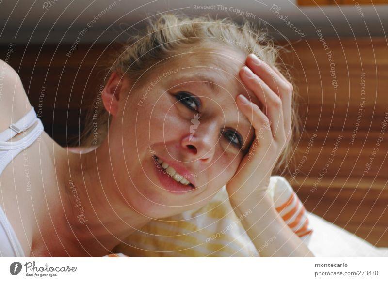 Kaffee ? Mensch Frau weiß Hand Erwachsene Gesicht feminin Haare & Frisuren Glück Kopf träumen Innenarchitektur braun Körper blond Wohnung