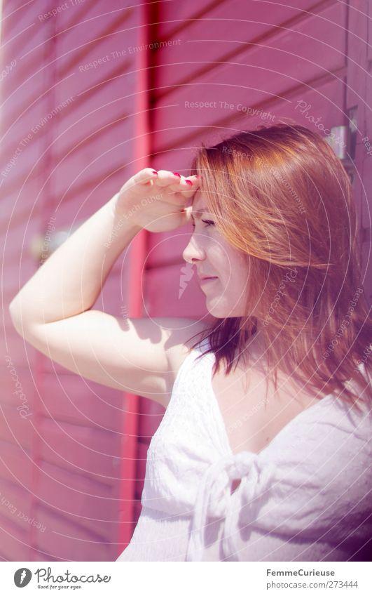 Ausschau halten. Mensch Frau Jugendliche Ferien & Urlaub & Reisen weiß schön rot Sonne Erwachsene Erholung feminin Wärme Junge Frau Arme 18-30 Jahre Tourismus