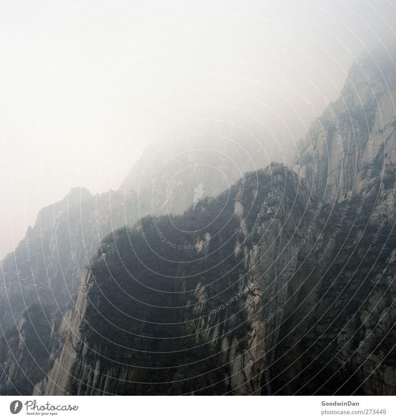 Into the wilderness. Natur Winter Umwelt Ferne Berge u. Gebirge Felsen Wetter Klima Nebel groß hoch authentisch Hügel Unendlichkeit