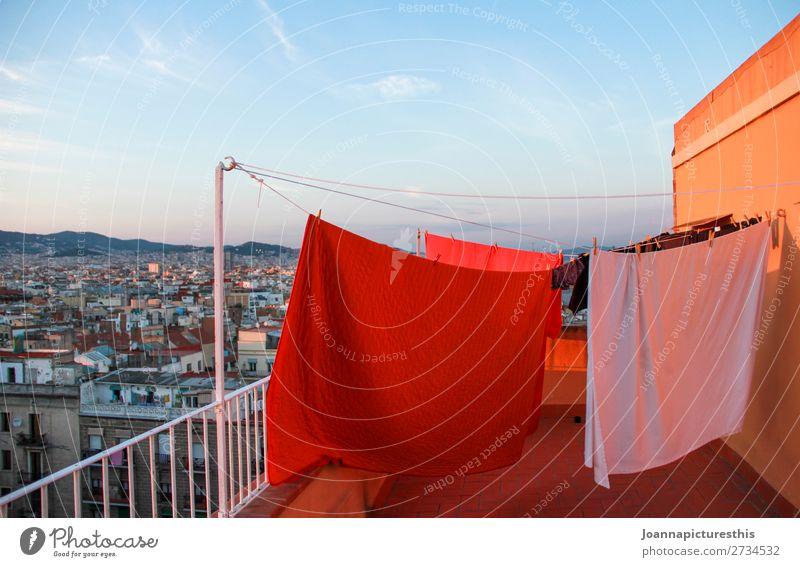 Wäsche Häusliches Leben Terrasse Balkon Bettwäsche Himmel Horizont Barcelona Stadt Hauptstadt bevölkert Haus Dach hoch trocken fleißig Ordnungsliebe