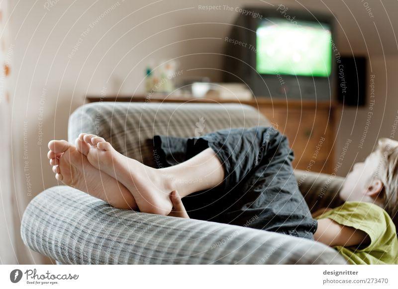 VIP Lounge Freizeit & Hobby Fernsehen Wohnung Sessel Wohnzimmer Kind Junge Kindheit Fuß 8-13 Jahre Farbfoto Innenaufnahme Tag Schwache Tiefenschärfe Wegsehen