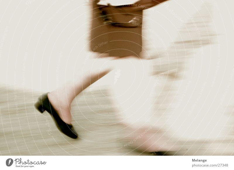 Eilige Frau Schuhe Beine gehen laufen rennen Jagd