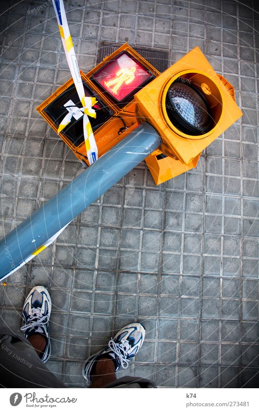 Am Boden zerstört Mensch maskulin Beine Fuß 1 Verkehr Fußgänger Wege & Pfade Ampel kaputt Stadt gelb grau rot Zerstörung Farbfoto mehrfarbig Außenaufnahme Tag