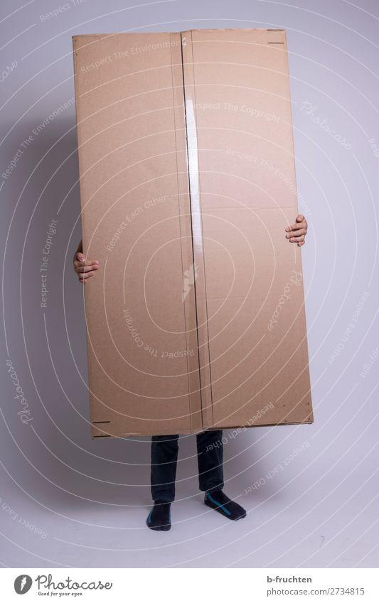 Person mit großem Paket Hand Finger Beine 1 Mensch Verpackung Container berühren festhalten stehen verstecken Karton paketdienst Farbfoto Innenaufnahme