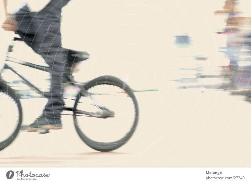 BMX fährt aus dem Bild Fuß Fahrrad fahren treten BMX Pedal