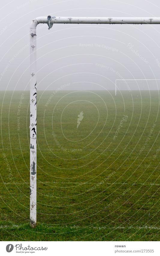 bolzplatz 2 alt Erholung dunkel Wiese kalt Sport Spielen Gras Feld Fußball Freizeit & Hobby Nebel dreckig nass trist Fitness