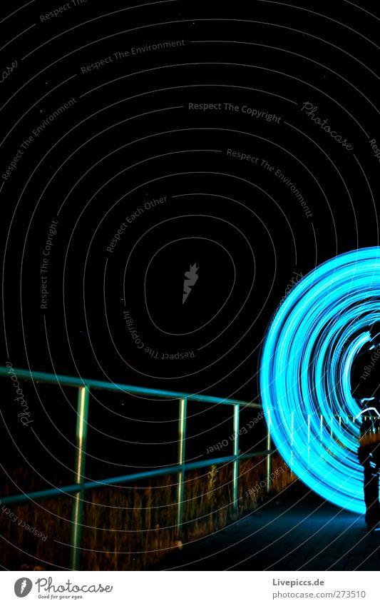 1/2 BLAU WIE SAU Mensch maskulin Mann Erwachsene Körper Kunst Maler Verkehr Verkehrswege Fußgänger Wege & Pfade leuchten blau Lichterkette Lichtspiel