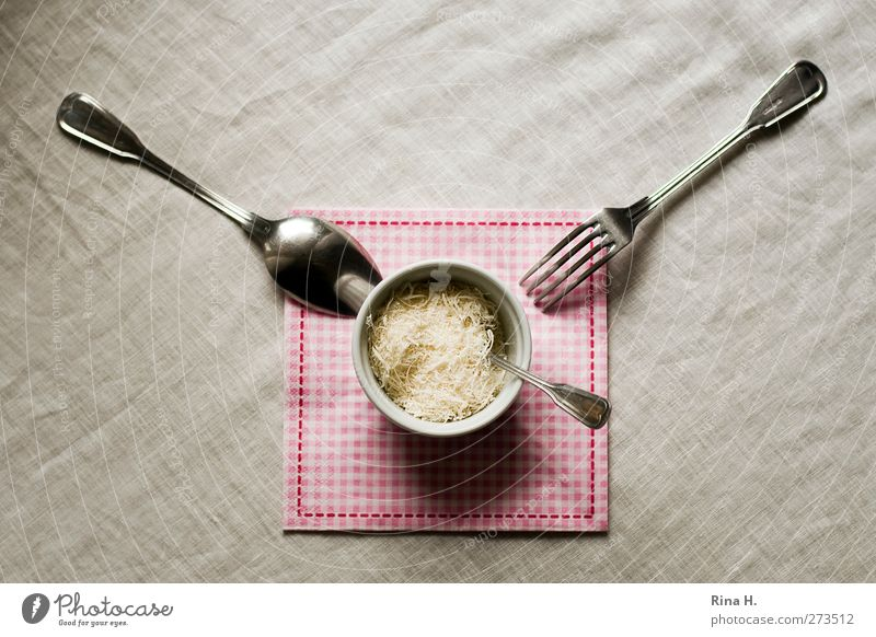 Tischlein deck dich Ernährung Lebensmittel hell rosa warten genießen Geschirr lecker kariert Schalen & Schüsseln Käse Vorfreude Besteck Tischwäsche Gabel Löffel