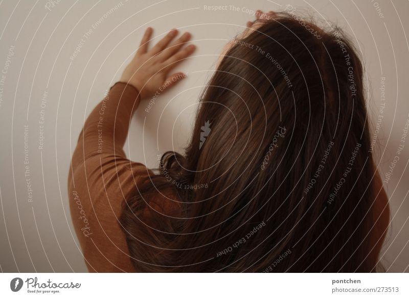 Gegen die Wand Mensch Frau Jugendliche Hand Erwachsene feminin Haare & Frisuren Junge Frau braun 18-30 Jahre Arme drücken