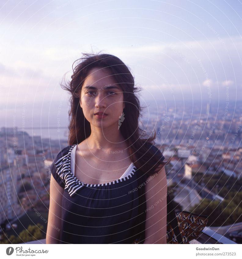 Marseille. Mensch Frau Natur Jugendliche schön Erwachsene Umwelt feminin Wärme Herbst Gefühle Junge Frau Stimmung Wetter Zufriedenheit warten