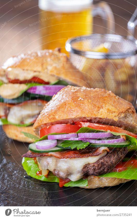 hausgemachte Hamburger Lebensmittel Fleisch Käse Brötchen Mittagessen Abendessen Fastfood Bier Tisch Stein Holz frisch lecker Burger Glas Bierkrug Helles