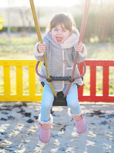 Kind schwingt Lifestyle Kinderspiel Freiheit Winter Kindererziehung Mensch feminin Mädchen 1 1-3 Jahre Kleinkind Natur Sonne Herbst Schönes Wetter Pflanze Park