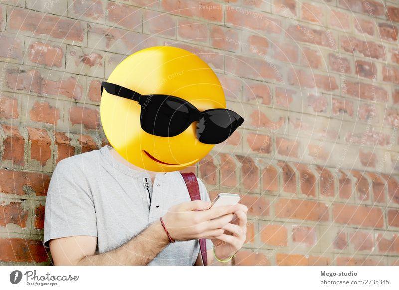 Mensch Mann Lifestyle Erwachsene sprechen Glück Stil Junge Business modern Technik & Technologie Lächeln sitzen stehen Telefon Internet