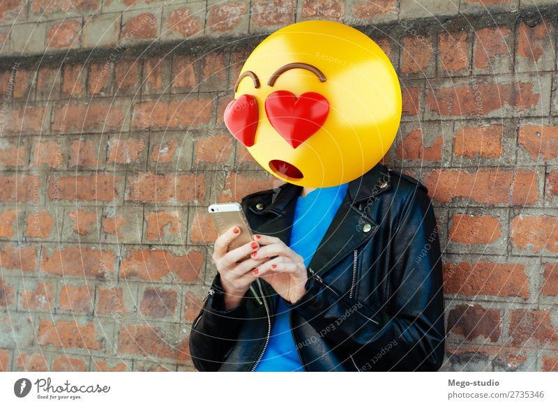Emoji Kopf Mädchen Lifestyle Stil Glück Business sprechen Telefon PDA Technik & Technologie Internet Mensch Frau Erwachsene Mann Lächeln sitzen stehen