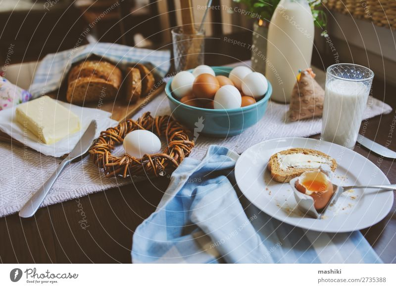 Land-Frühstück auf rustikaler Hausküche Brot Teller Dekoration & Verzierung Tisch Küche Ostern Landschaft Holz frisch natürlich braun grün Tradition