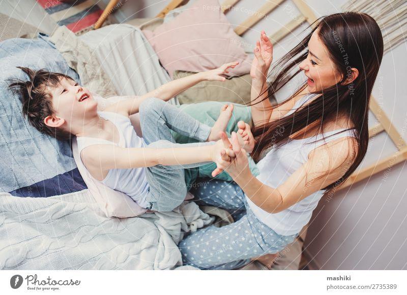 glückliche Mutter und Kind Sohn täuschend Lifestyle Freude Glück Leben Erholung Spielen Schlafzimmer Kleinkind Junge Eltern Erwachsene Familie & Verwandtschaft