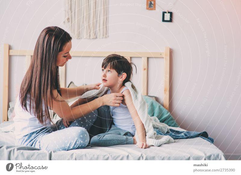 glückliche Mutter und Sohn beim Spielen Freude Glück Leben Erholung Schlafzimmer Kindererziehung Kleinkind Junge Eltern Erwachsene Familie & Verwandtschaft