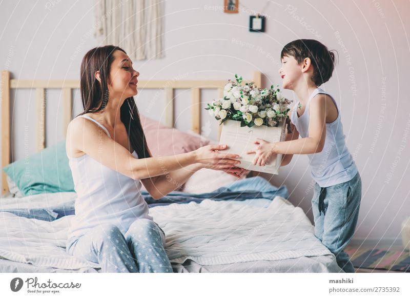 glückliches Kind Junge schenkt Blumen an Mama Lifestyle Freude Glück Leben Spielen Schlafzimmer Muttertag Kleinkind Eltern Erwachsene Familie & Verwandtschaft
