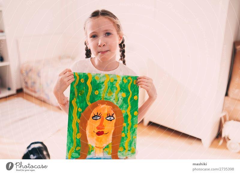 glückliches Kind Mädchen, das mit dem Porträt der Mutter posiert. Lifestyle Glück Feste & Feiern Geburtstag Eltern Erwachsene Familie & Verwandtschaft Kindheit