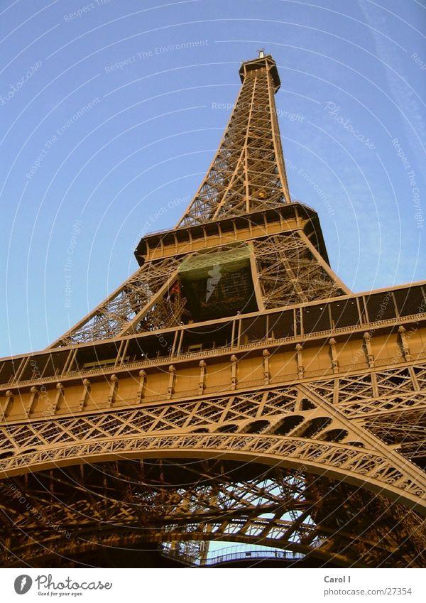 Eiffelturm Paris Tour d'Eiffel Kunst groß Macht Wahrzeichen Frankreich Ecke Dreieck erinnern Klotz Eisen Europa Denkmal historisch Metall Himmel blau Rost