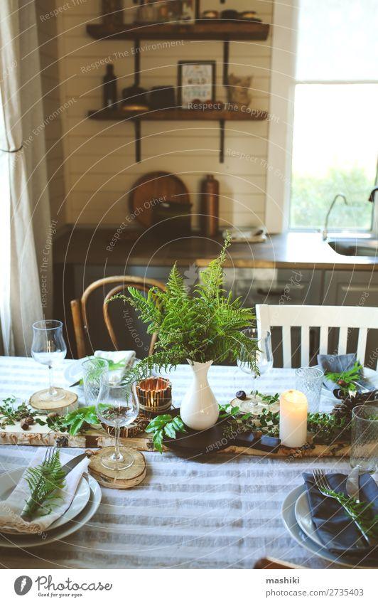 rustikale Landhausküche mit festlichem Tisch Abendessen Teller Besteck Stil Design Sommer Garten Dekoration & Verzierung Küche Feste & Feiern Hochzeit Natur