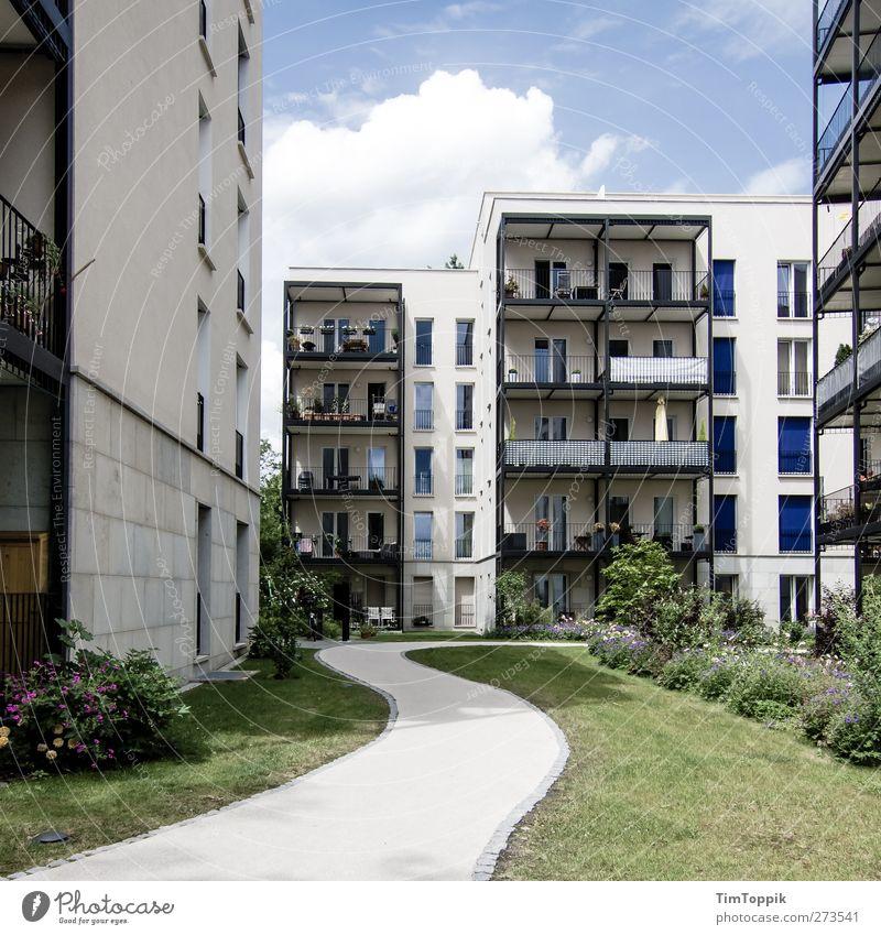 Die Wege der Junx sind unergründlich... Haus Häusliches Leben Häuserzeile Hausmauer Fenster Wohnung Mehrfamilienhaus Wege & Pfade Rasen Balkon Neubau