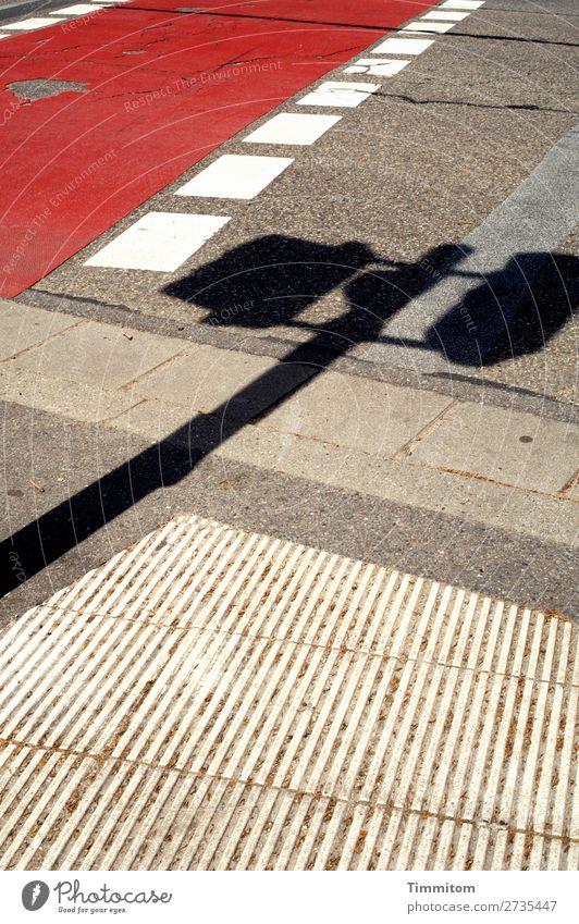 Das hat alles einen Sinn! Verkehr Verkehrswege Straße Schilder & Markierungen Verkehrszeichen Linie grau rot weiß Gefühle Irritation Schatten Bordsteinkante