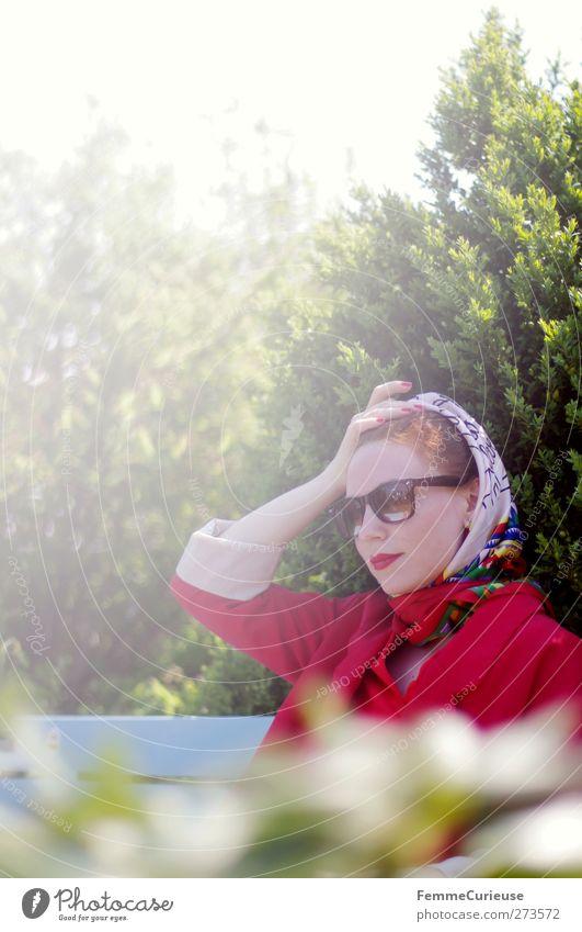 Madame. Mensch Frau Jugendliche rot Erwachsene feminin Junge Frau Mode Park Zufriedenheit sitzen warten elegant 18-30 Jahre ästhetisch Lifestyle