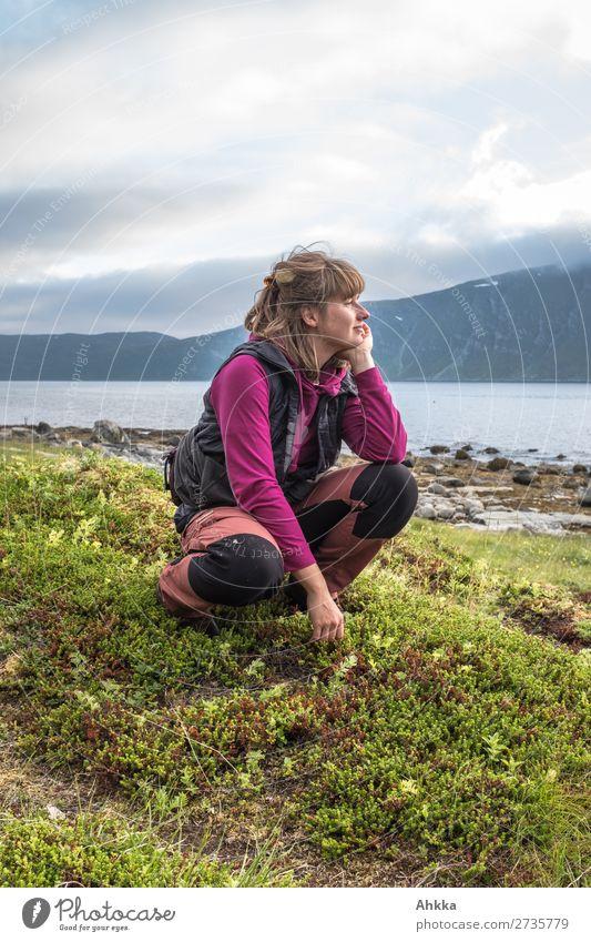Sinnender Blick in die Ferne Ferien & Urlaub & Reisen Natur Jugendliche Junge Frau Meer Erholung ruhig Berge u. Gebirge Leben natürlich Glück Denken