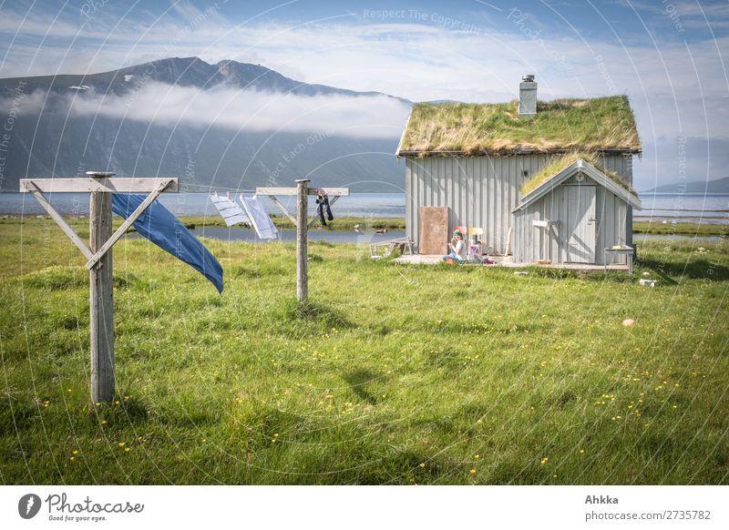 Alte Fischerhütte in Norwegen 1 Mensch Natur Wolken Gras Berge u. Gebirge Küste Fjord Traumhaus Hütte Wäscheleine fantastisch frisch schön wild blau grün Glück