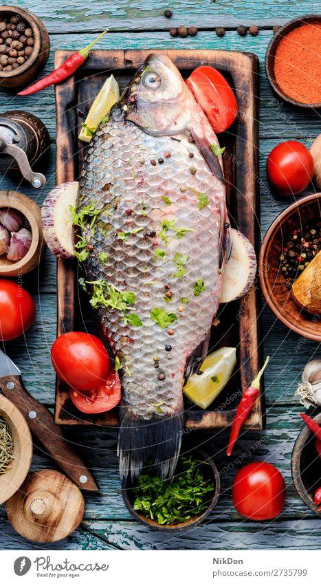 Frischer roher Fisch und Gewürze Karpfen Meeresfrüchte Lebensmittel frisch Mahlzeit Bestandteil Gesundheit Schneidebrett Essen zubereiten Paprika Tomate Gemüse