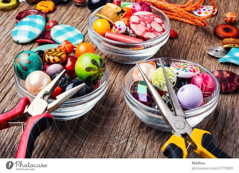 Bunte Perlen auf einer Holzoberfläche Wulst Dekoration & Verzierung Farbe Kunst Handwerk Design Mode farbenfroh handgefertigt hell Hobby Accessoire schön Stil